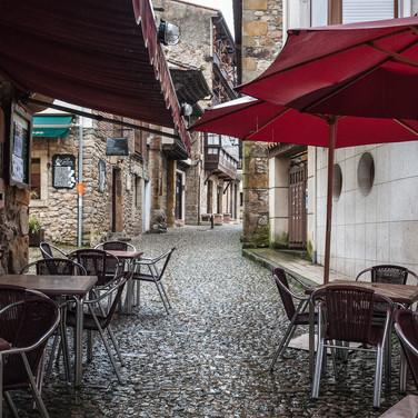 Пустое личное кафе во время дождя, Комийяс Deserted street café as the rain falls in Comillas