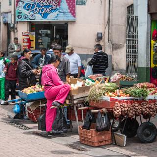 Торговля свежими овощами и фруктами прямо на центральной улице Манисалеса Fresh fruit/vegs trade right in the central street of Manizales