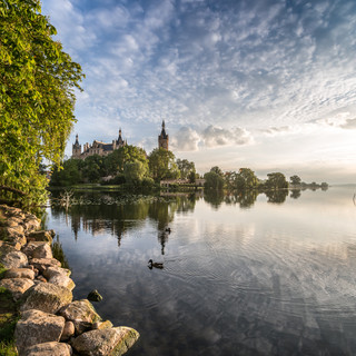 Шверинский замок тихим летним утром Schwerin Palace in a tranquil summer morning