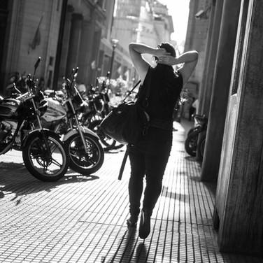 Вечерняя прогулка в лучах солнца, центр Буэнос-Айреса Walking a street in evening sunshine, Microcentro (Downtown)