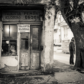 Уголок с будкой ремонта обуви A nook with a shoe repair booth