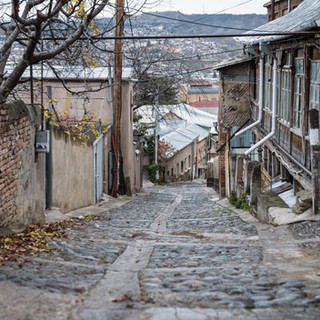 Крутая и замощенная булыжником улица Рица Ritsa street, steep and cobbled