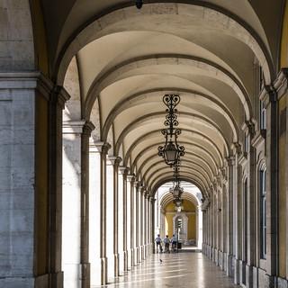 Утренний свет в аркаде площади Праса-ду-Комерсиу Morning light in the arcade of Praça do Comércio