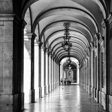 Игра света и тени в аркаде Праса-ду-Комерсиу, одной из главных площадей Лиссабона A play of light and shadows in the arcade of Praça do Comércio, one of Lisbon's main squares