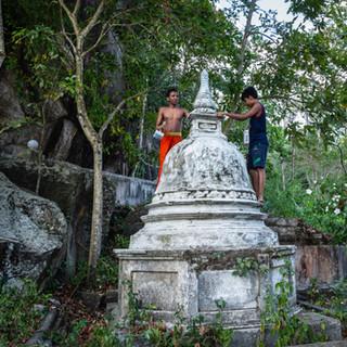 Мальчики-послушники красят дреанюю ступу, монастырь Мулкиригала  Monastic boys painting an old stupa, Mulkirigala monastery