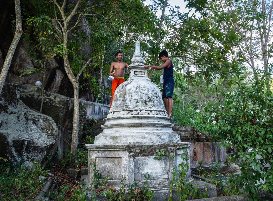 Мальчики-послушники красят древнюю ступу, монастырь Мулкиригала  Monastic boys painting an old stupa, Mulkirigala monastery
