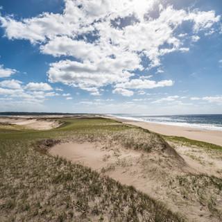Узкая полоска песчаных дюн отделяет Лагуна-де-Роча от Атлантического океана  Narrow strip of sand dunes separates Laguna de Rocha and Atlantic ocean