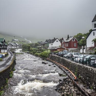 Дервня Квуйвуик в сильный дождь Kvívík village during a heavy rain