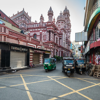 Красная мечеть в районе Петтах в Коломбо – характернейший образец индийско-арабского архитектурного китча  Red Mosque in Pettah neighbourhood in Colombo, the most characteristic example of Indo-arabian architectural kitsch
