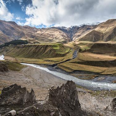 Терек (по-грузински - Терги) спешит по своему ущелью River Tergi (Terek) runs down the valley