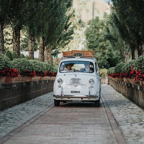 Un simpaticissimo arrivo degli sposi nella loro macchina al @casale_dei_mascioni  #wedding