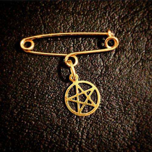 Alfinete amuleto ouro 18k