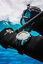 Matériel de plongée. Ordinateur et gant de plongée scubapro MANTIS 2. PADI Adventure Diver à Paris. Perfectionnement, Formation, Brevets et Cours à la Carte en piscine et en Fosse. Vente de livre et manuel PADI