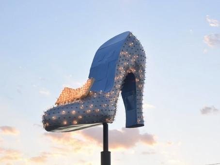 Ritorna a brillare la storica scarpa nella vecchia Strip di Las Vegas. Welcome back, shiny pumps!