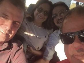 Ex-prefeitos Carlos Antônio e Denise posam para fotos em carro com Chico Mendes e contrariam Jeová.