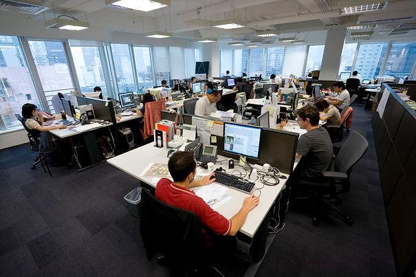 Gente trabajando en oficina.jpg