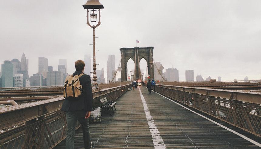 un homme confiant, traverse un pont avec confiance et détermination dans sa nouvelle vie