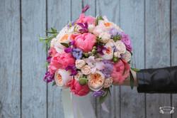букет невесты  коралловым пионом