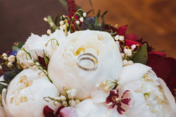 белые пионы и орхидея камбрия