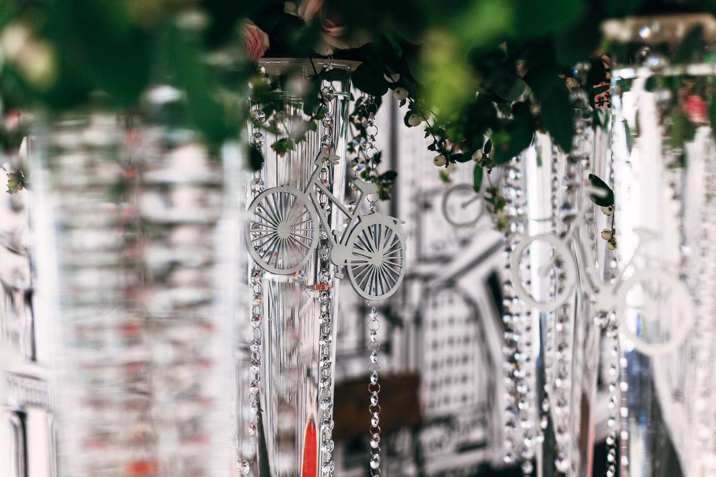 Хрустальные гирлянды и высокие вазы