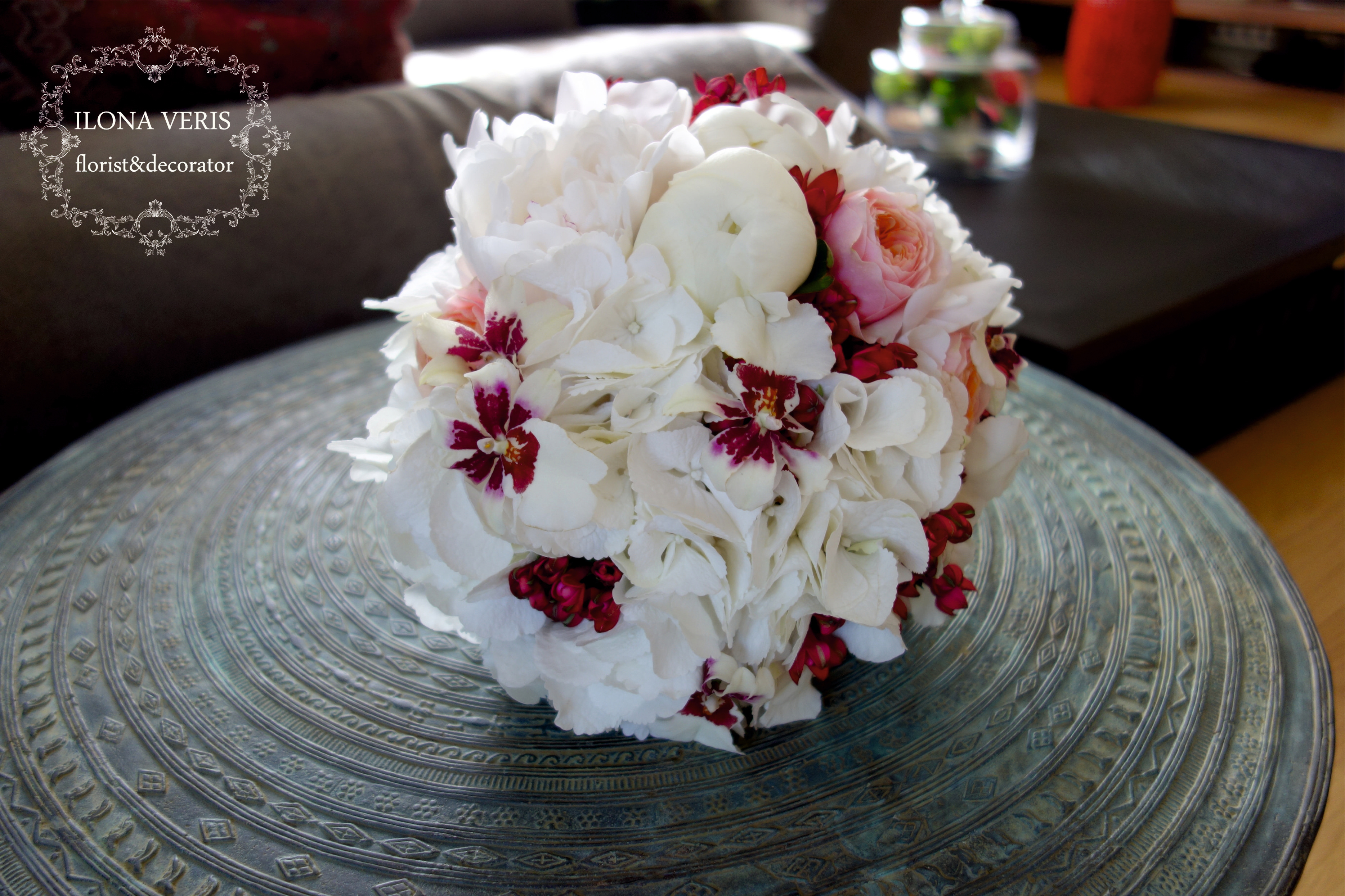 Бело-бардовый букет невесты