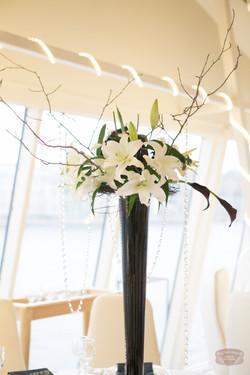 Белые лилии и черные каллы