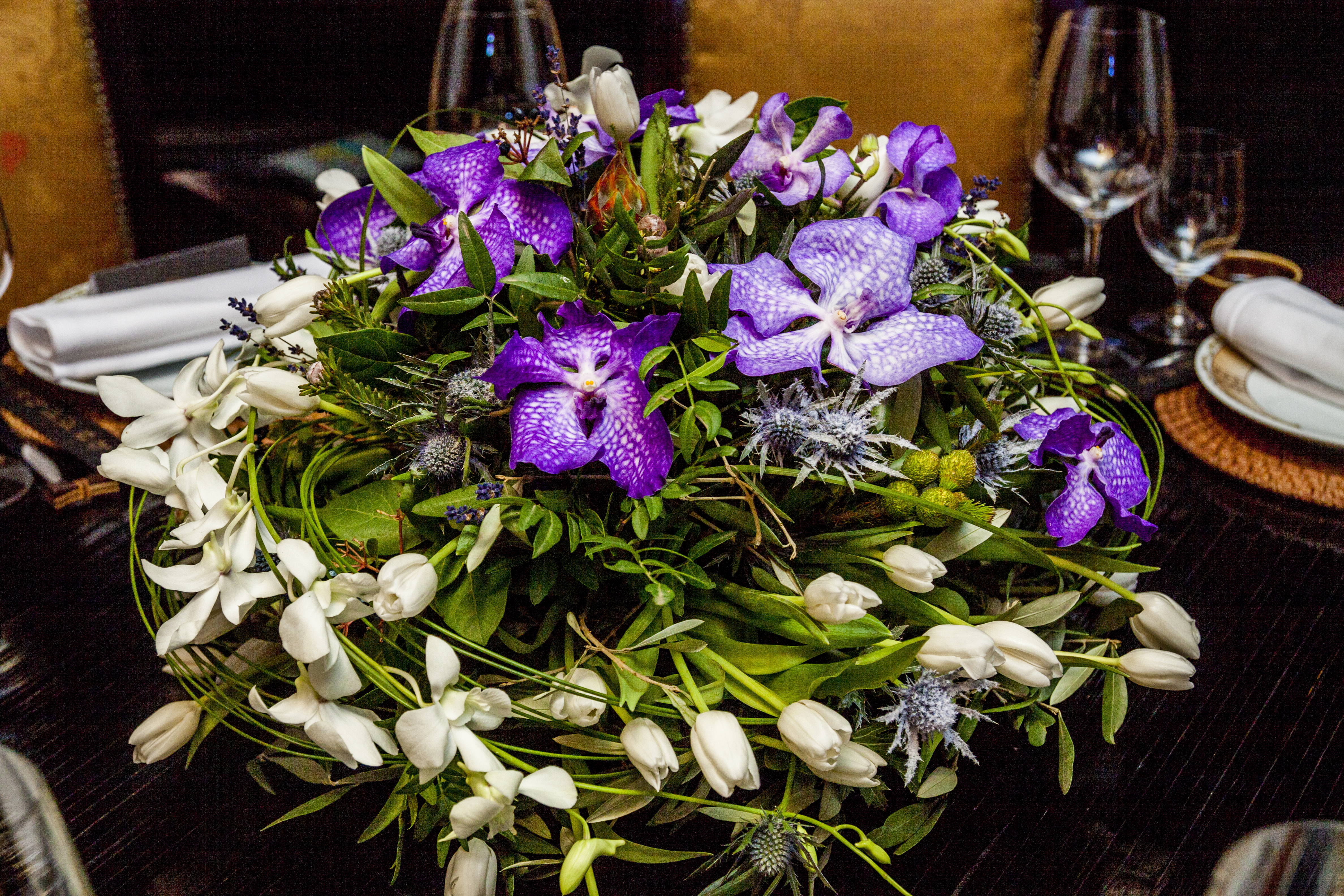 ендробиум и белые тюльпаны