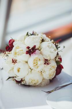букет невесты из пионов и ландышей