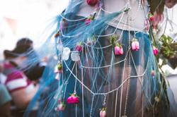 Платье из цепей и роз
