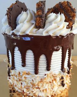 5_ triple layer Samoa cake! 😍😍 #bakedbyjordan #cake #cupcake #samoa #samoacookies #cupcakes #cakes