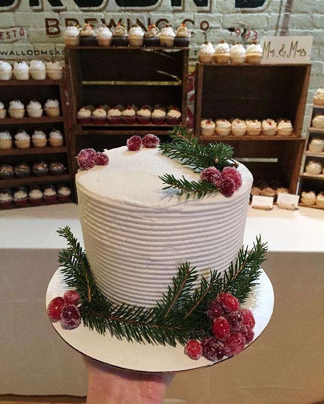 ❤️🎄💍❄️🎂🎉 #bakedbyjordan #cake #cupcake #weddingcake #christmascake #wedding #weddingday #rusticw