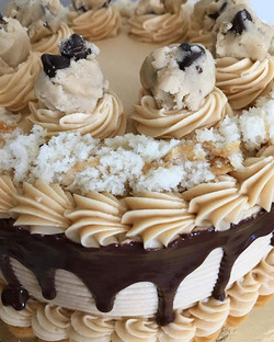 Peanut Butter Buttercream😍 Edible Chocolate Chip Cookie Dough Chunks😍 Vanilla Cake Crumbs😍 Chocol