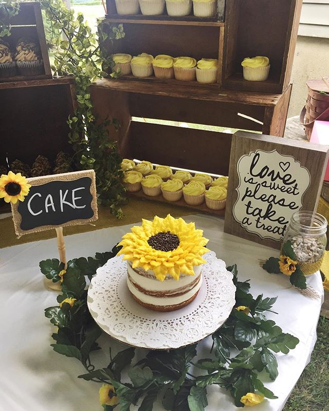 What a beautiful summer day for a wedding!!🌻💍 Congrats Victoria & Tom! #cake #cupcake #weddingday
