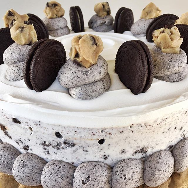 Cookies & Cream Ice Cream Cake!!😳😍 Cookies & Cream Ice Cream, Hot Fudge, Crushed Oreos, Whipped Cr