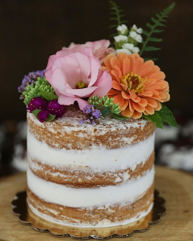 I want it to be Summer forever!!😭☀️🌸 one of my fav naked cakes from a dreamy August wedding at Bur