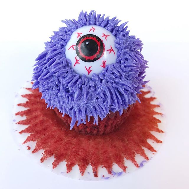 B O O !👹 these one eyed monster cupcakes are always a crowd pleaser! Halloween is almost here🎃 Who