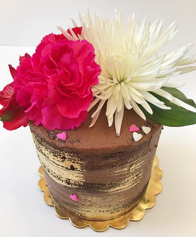 Obsessed is an understatement💗❤️🍫🌹🌸 5_ triple layer fresh flower naked cake.