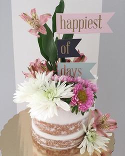 cake & fresh flowers & the happiest of days🎂🌿🌸#bakedbyjordan #cake #cupcake #cakes #cupcakes #nak