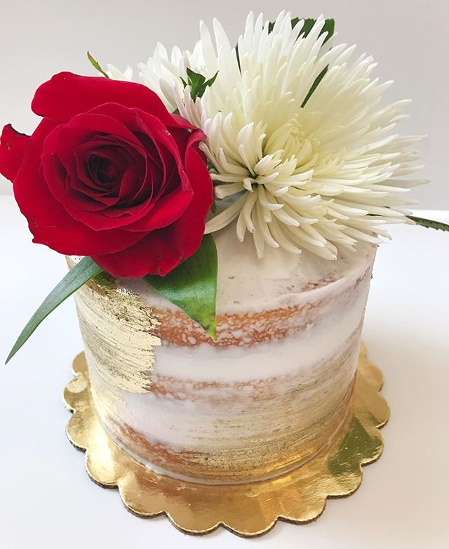 Now time for the vanilla 5_ fresh flower naked cake to have the spotlight!!😍🌹❤️ 🎂 #bakedbyjordan