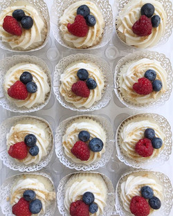 Double Berry Cheesecake Cupcakes from la