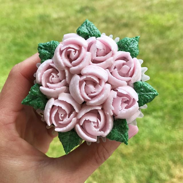 🌸 Buttercream flowers are almost too pretty to eat!! But I hope this customer indulges anyways!!😊