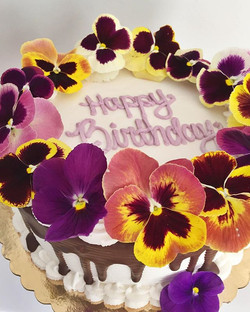 These flowers are so beautiful they almost look fake🌸🎂 Thanks to my Dad for inspiring my love for