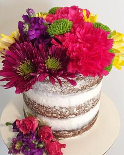 Obsessed😍🌸🌼🌷 #bakedbyjordan #cake #cupcake #cakes #cupcakes #nakedcake #nakedcakes #freshflowers