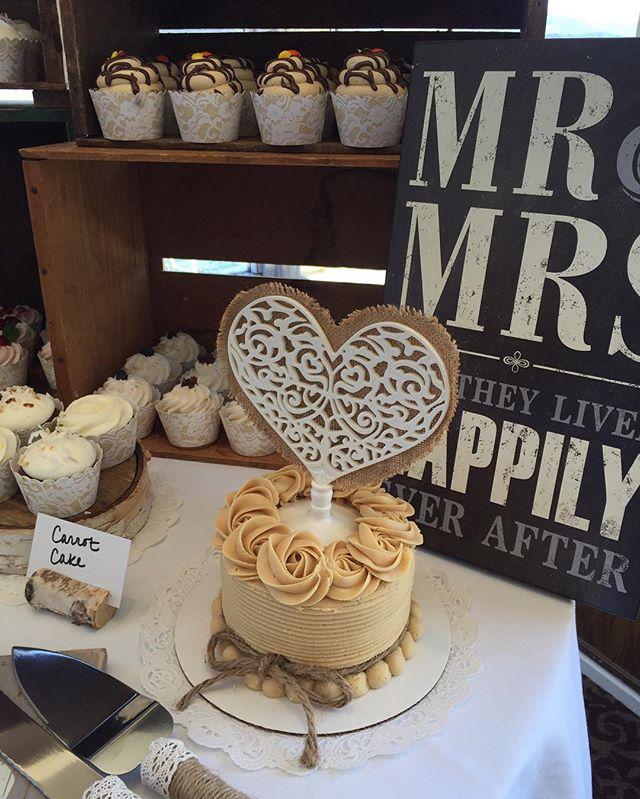 Perfect spring wedding😊💍🎂 #bakedbyjordan #cake #cupcake #wedding #weddingcupcakes #rusticwedding