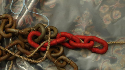 details - Chain in-Red