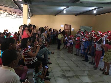 Operários das obras realizam doação de brinquedos para escola em Antônio Dias