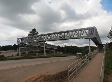 Nas passarelas da BR-381/MG, ciclistas devem cruzar desembarcados