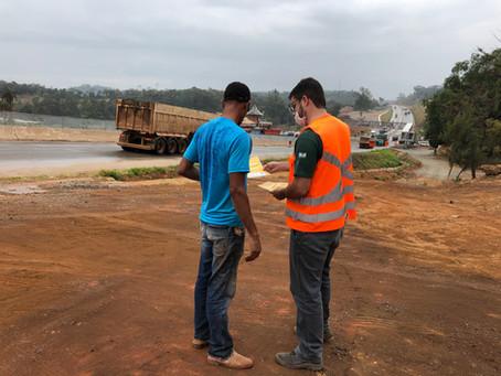 Moradores recebem informações sobre uso de passarelas da BR-381/MG