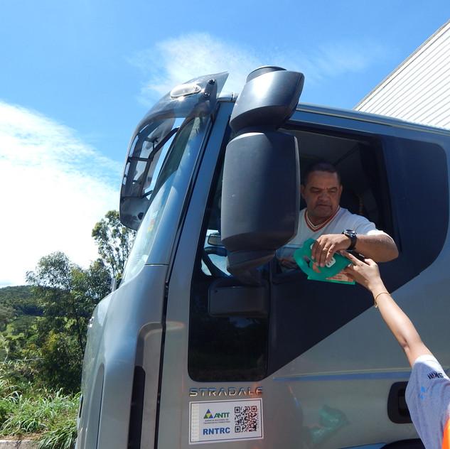 Motorista recebe lixeira de brinde durante atividade de educação ambiental executada pela Gestão Ambiental.