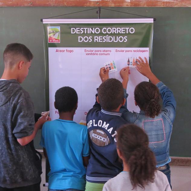 Atividades com alunos de escola em Antônio Dias.